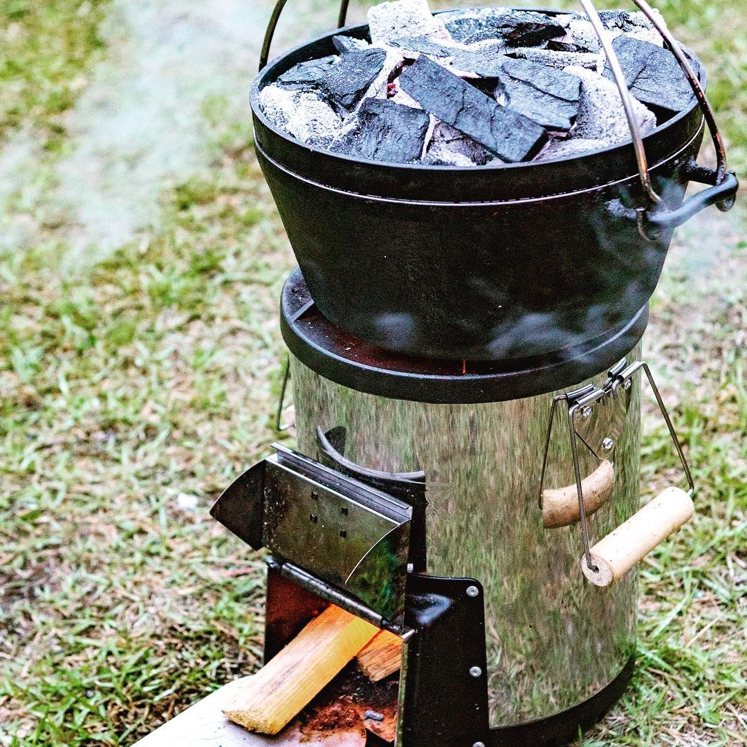 先日のわんダフルネイチャービレッジキャンプで久しぶりに 使った。これまた久しぶりの は点火も早く少ない薪で炭熾しも簡単なのでいいパートナーでした。外側熱くないから運ぶのも簡単だしね。非常用としてもいいかなと思って買ったけど予想以上のお仕事してくれます。夫が新しい焚き火台欲しがってるけどこれでいいじゃん。あんまり炎見えないかw